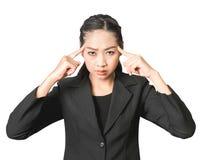 Mulher asiática de pensamento do negócio no terno preto imagens de stock