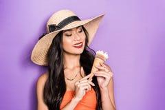 a mulher asiática de sorriso na praia attire guardar um cone de gelado em suas mãos foto de stock royalty free