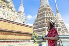 A mulher asiática deve apreciar viajar dentro de Wat Pho em Banguecoque, Tailândia imagens de stock royalty free