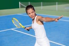 Mulher asiática do jogador de tênis que joga batendo o golpe imagens de stock royalty free