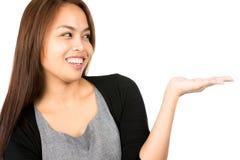 A mulher asiática do retrato distribui a indicação do produto Imagem de Stock