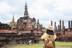 A mulher asiática do turista toma uma foto de antigo do tha do templo do pagode imagem de stock