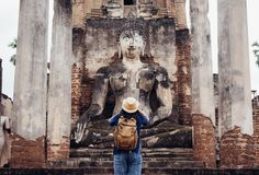 A mulher asiática do turista toma uma foto de buddha antigo no tha do templo imagem de stock