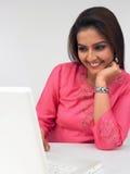 Mulher asiática em seu computador Fotos de Stock Royalty Free