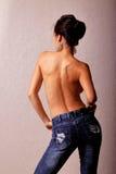 Mulher asiática em topless na calças de ganga imagens de stock