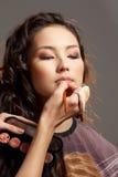 Mulher asiática em um salão de beleza de beleza. ilustração stock