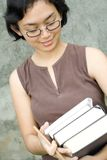 Mulher asiática esperta com livros Imagem de Stock
