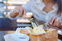 A mulher asiática está comendo a resma do gelo e o pão delicioso Foco sobre para Foto de Stock