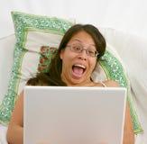 Mulher asiática Excited em um portátil foto de stock