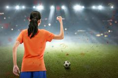 A mulher asiática feliz do jogador de futebol comemora a vitória do fósforo Imagens de Stock Royalty Free