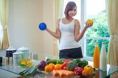 Mulher asiática feliz que cozinha a salada verde dos vegetais Fotos de Stock Royalty Free