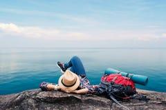 Mulher asiática feliz que relaxa no conceito do curso do feriado foto de stock