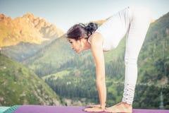 Mulher asiática inspirada que faz o exercício da ioga na cordilheira Imagens de Stock