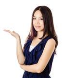 A mulher asiática introduz algo Imagem de Stock Royalty Free