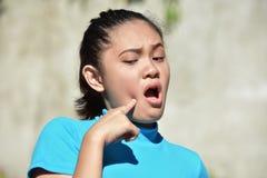 Mulher asiática jovem com dor de dente foto de stock