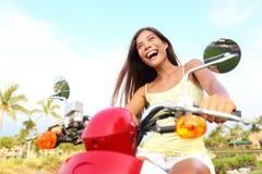 Mulher asiática livre feliz no 'trotinette' Fotografia de Stock