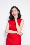 Mulher asiática luxuosa surpreendente no vestido de partido vermelho à moda imagem de stock