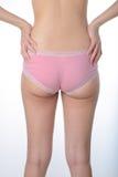 A mulher asiática mostra-lhe a gordura e as celulites nas nádegas Fotos de Stock Royalty Free
