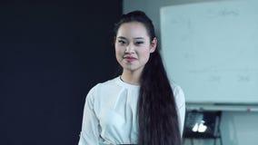 Mulher asiática na sala de conferências filme