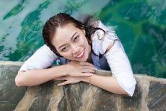 Mulher asiática no curso de relaxamento das férias da piscina do hotel, moça que aprecia termas imagem de stock royalty free