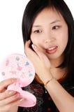 Mulher asiática no espelho Fotos de Stock Royalty Free