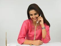 Mulher asiática no telefone