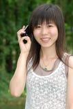 Mulher asiática no telefone de pilha imagem de stock royalty free