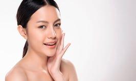 Mulher asiática nova bonita com pele fresca limpa fotos de stock