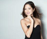 Mulher asiática nova bonita com relógio de pulso vestindo Fotos de Stock