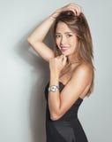 Mulher asiática nova bonita com relógio de pulso vestindo Foto de Stock Royalty Free