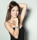 Mulher asiática nova bonita com relógio de pulso vestindo Imagem de Stock