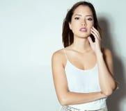 Mulher asiática nova bonita com relógio de pulso vestindo Fotografia de Stock