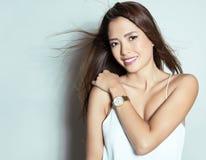 Mulher asiática nova bonita com relógio de pulso vestindo Fotos de Stock Royalty Free