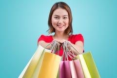 Mulher asiática nova bonita com sacos de compras coloridos Imagem de Stock Royalty Free