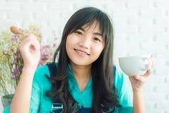 Mulher asiática nova bonita com xícara de café Foto de Stock Royalty Free