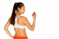 Mulher asiática nova bonita no sutiã dos esportes com mão GR imagem de stock royalty free