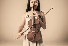 Mulher asiática nova bonita que joga o violino fotografia de stock