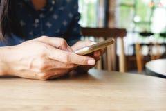 Mulher asiática nova bonita que usa o smartphone e guardando o cartão para o pagamento em linha de compra Conceito da compra com  Fotografia de Stock