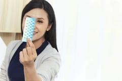 A mulher asiática nova com impede comprimidos fotografia de stock royalty free