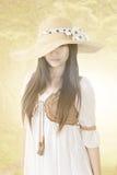 Mulher asiática nova com o chapéu no fundo da natureza Imagens de Stock Royalty Free