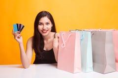 Mulher asiática nova com saco de compras e o cartão vazio Imagens de Stock Royalty Free