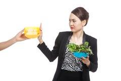 A mulher asiática nova com salada diz não às microplaquetas de batata Foto de Stock Royalty Free