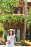 Mulher asiática nova com sorriso feliz fotografia de stock