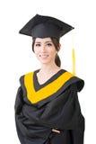 Mulher asiática nova da graduação no envoltório Fotografia de Stock