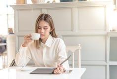 Mulher asiática nova em um café imagens de stock