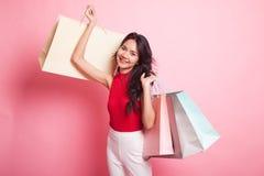 Mulher asiática nova feliz com saco de compras Fotografia de Stock