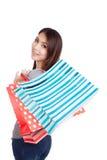 Mulher asiática nova feliz com saco de compras Imagens de Stock Royalty Free