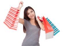 Mulher asiática nova feliz com saco de compras Fotografia de Stock Royalty Free