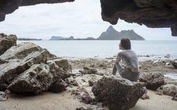 Resultado de imagem para a moça nas  cavernas do mar