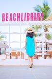 Mulher asiática nova na biblioteca exterior da praia Fotos de Stock